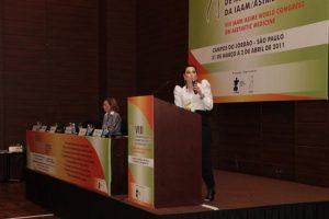 Joielle Mendonça durante palestra em Congresso Científico de Estética